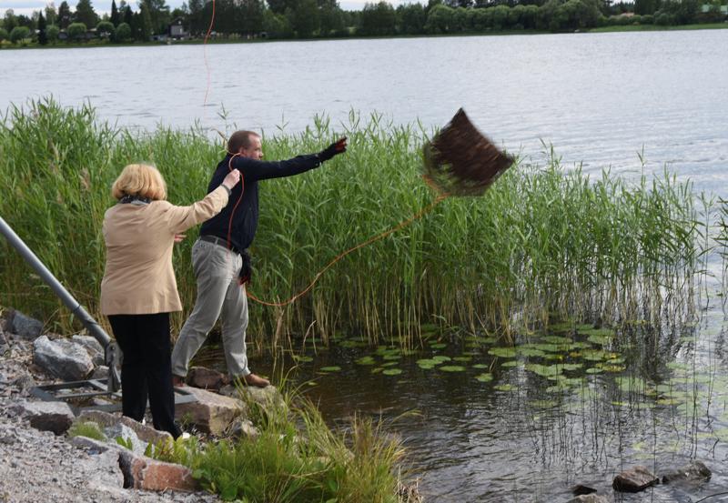 Tee-emäntä Pirkko Harju ja Haapajärven kaupunginjohtaja Juha Uusivirta avasivat Teekaupunki 20 vuotta Teepiknikin heittämällä ison teepussin Haapajärveen.