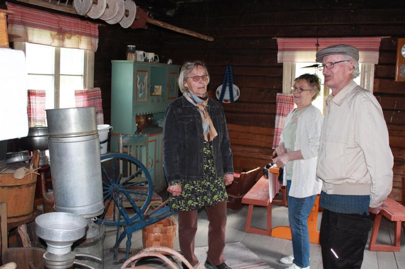 Saviselän kylämuseo on vanhojen tavaroiden runsaudensarvi. Pirkko Niemiaho, Kyllikki Tossavainen ja Paavo Autio.