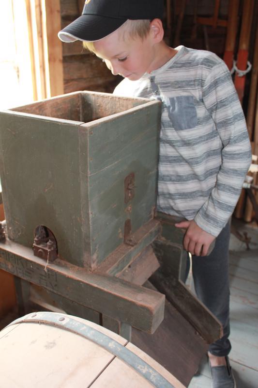 Perunajauhomyllyä lapset arvelevat porkkanaraastimeksi, mutta Autio ja Niemiaho kertoivat, että sillä raastettiin perunoita. Massa valui saavin päällä olevalle harsolle, joka lillui vedessä. Kun perunaraaste huuhtoutui vedessä, tärkkelys kerääntyi saavin pohjalle valkeaksi kerrokseksi. Vesi kaadettiin pois ja perunajauhot kuivattiin.