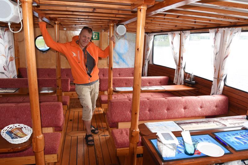 Yksi laivan valinnan peruste oli, että sekä sen sisään että ulos täytyy mahtua yksi bussillinen ihmisiä. -Kauniilla säällä kaikkien täytyy mahtua vaivatta kannelle, ja sateella sisään, Harri Heikkilä kertoo.