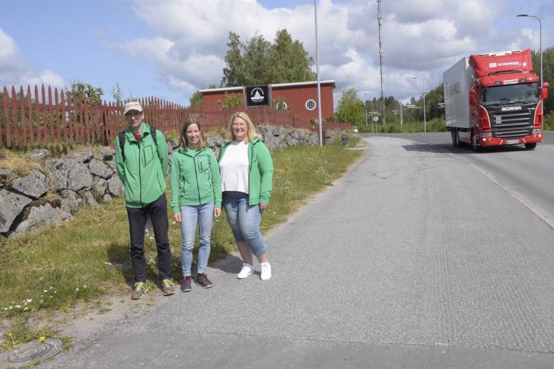 Hans Byggmästar, Ulrika Björkgren ja Sara Åhman IF Drottista yhdellä juottopaikalla, joka sijaitsee Aspegrenin puutarhan kupeessa.