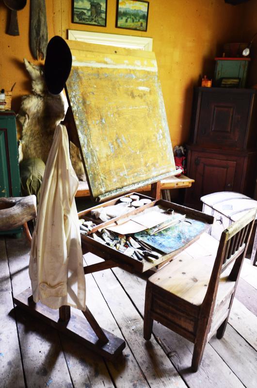 Simo Pälli työsti koko taitelijauransa ajan kankaat alusta loppuun asti. Värejä ei alussa ollut vara ostaa valmiina. Ne olivat jauheina tikkuaskeissa.