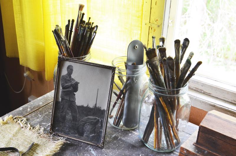 Simo Pällin taiteilija-ateljeessa Puuhkalassa on esillä taiteilijan työvälineitä. Pällin työt koostuvat öljyväritöistä, piirustuksista ja akvarelleista.