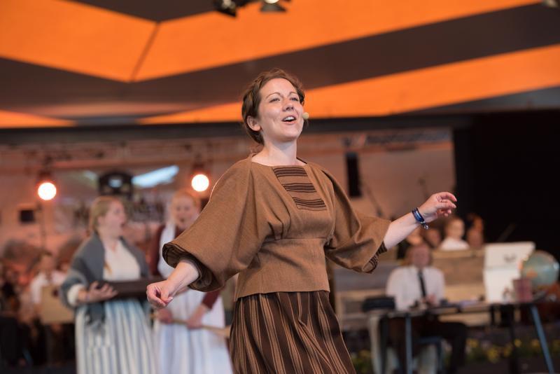 Papintytär Katariina Hedberg (Tuija Hanhikoski) innostuu laulamaan ja tanssimaan tuhmaa viisua.