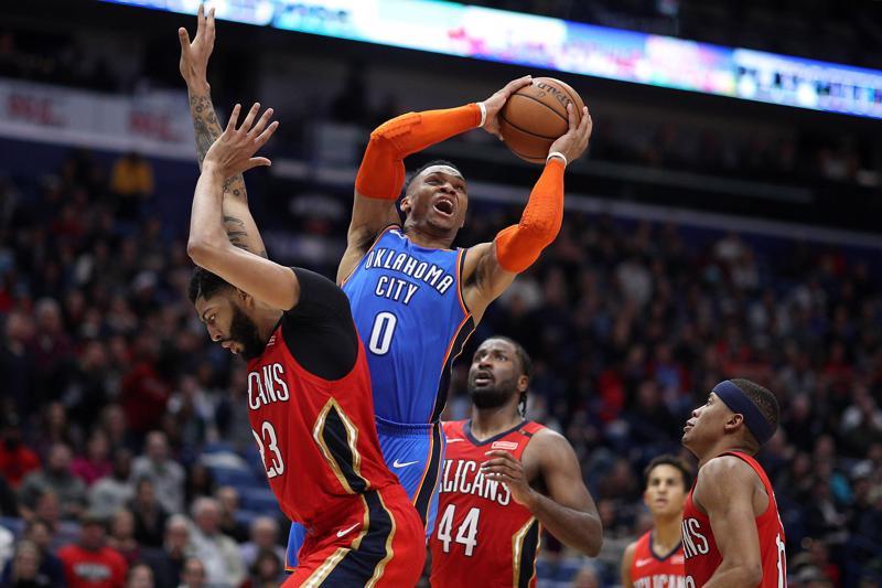Piadat vaihtoon. Korille ajava Russell Westbrook vaihtaa Oklahoman siniset Houston punaisiin. Anthony Davis (vas.) puolestaan New Orleansin punaiset Lakersin purppurakultaisiin vermeisiin.