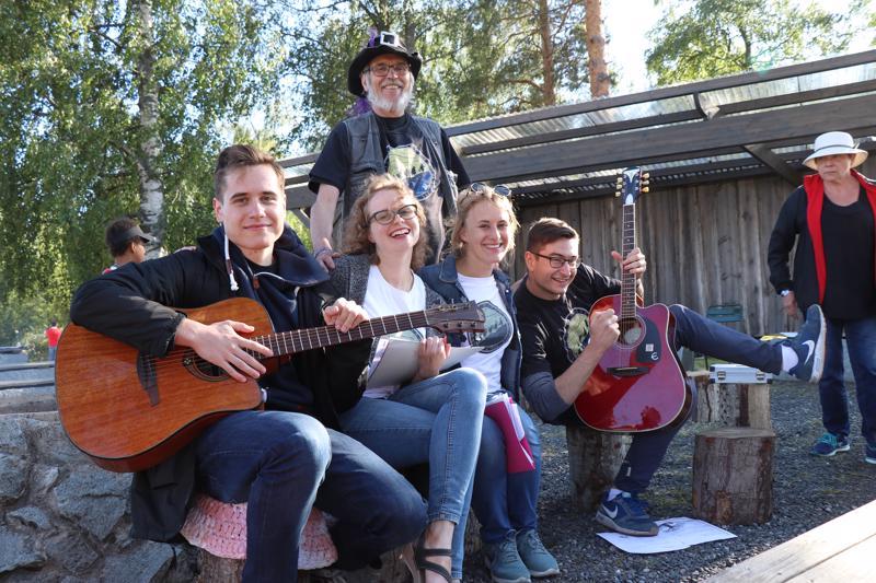 Jakub Kononezuk, Aleksandra Zule, Agata Gontarczyk ja Mariuse Galjan sekä opettajansa Jukka Kiljunen laulattivat Kaustisen kansanmusiikkijuhlilla nuotiolauluja.