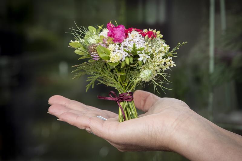 Tänä kesänä on ollut erityisen paljon vaaleanpunaista siankärsämöä, josta Riikka Valkeamäki tekee minikimpun apilan ja piharuusun nuppujen sekä mustikan ja tuijan lehtien kera. Samaan minikimppuun siankärsämön kanssa sopivat hyvin myös esimerkiksi erilaiset pillikkeet, pienet ohdakkeet ja leikkoneilikat, oregano sekä keijuangervon kukat.