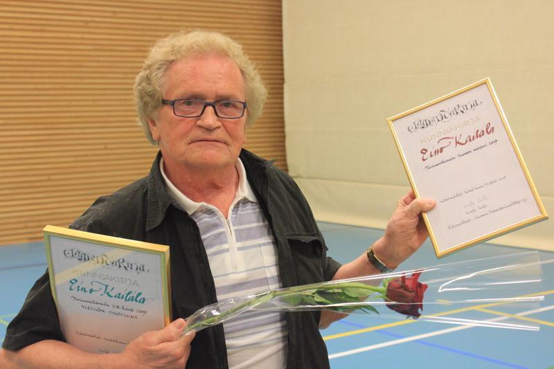 """Tukholmalainen Eino Kaitala voitti Tarinaniskennän Suomenmestaruuden omakohtaisella tarinallaan: """"Pinttynyt poikamies""""."""