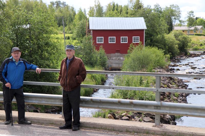 Mauno Klemola ja Aimo Tunkkari muistavat, kun edeltävää siltaa rakennettiin Heikkilään.