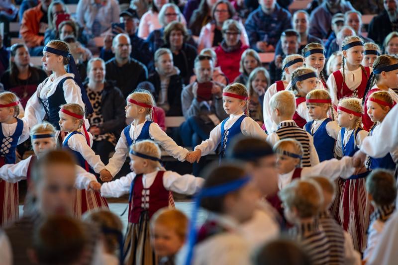 Nuoret kansantanssijat, Ottoset, valtasivat Keskipohjanmaa-areenan ja tanssivat komeasti.