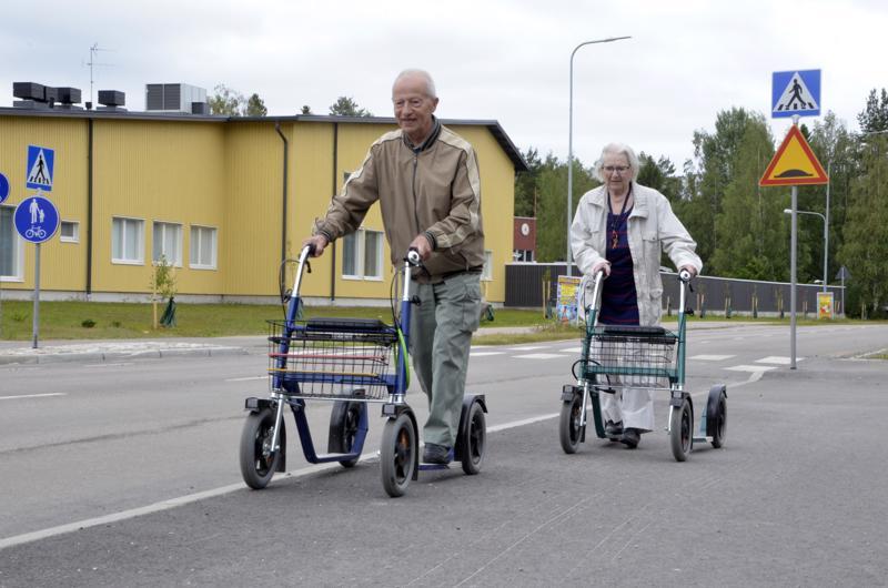 - Potkupyörät ovat turvallisia pitkien jalasten ansiosta, mutta kuitenkin kevytkulkuisia ja helposti ohjattavissa. Käsijarruja tarvitsee etenkin alikulkuun laskiessa, Matti Simonen hehkuttaa. Matti ja Terttu Simonen ajavat kevyen liikenteen väylällä peräkkäin.
