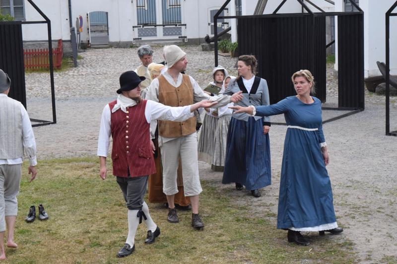 Här i vår stad sisältää noin 70 roolia, joita esittää 17 näyttelijää.