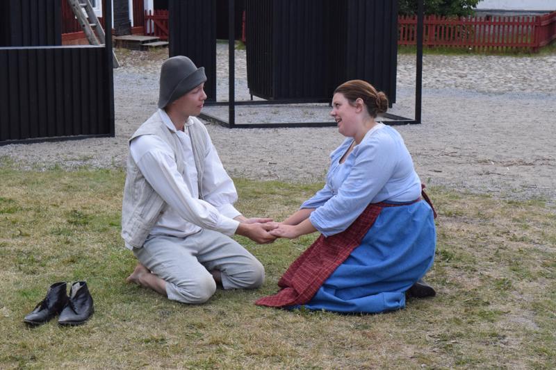 Fredric Hällis ja Belinda Strömberg ovat näytelmän nuoripari.