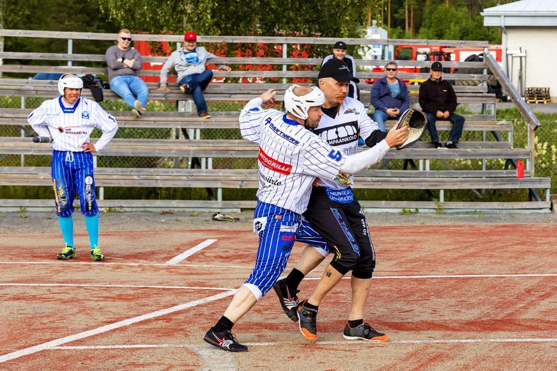 Pyhäjäven Matti Niskanen yrittää estää HaU-Pesiksen Tarmo Ryytin etenemistä kentälle.