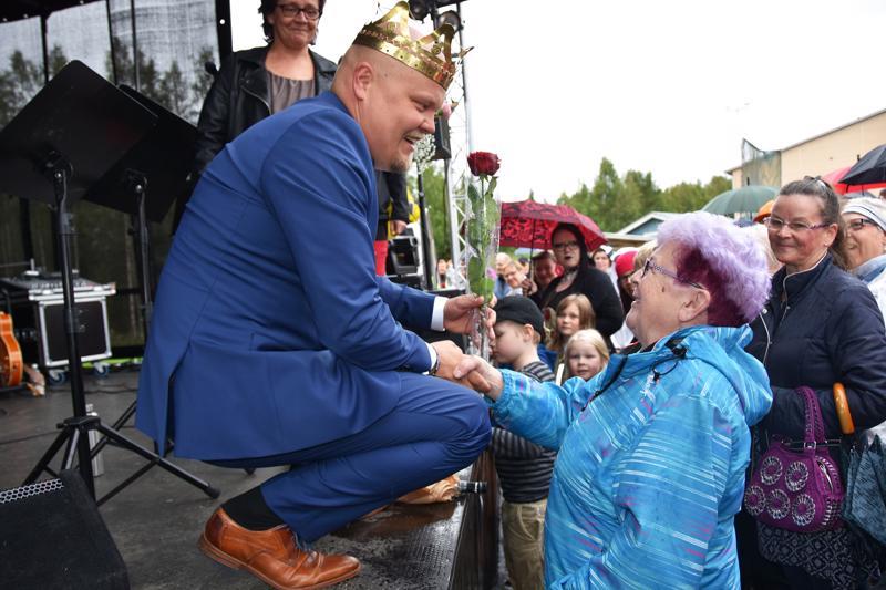 Haapavetiset saapuivat isolla joukolla onnittelemaan oman kylän tangokuningasta pesäpallokentälle järjestettyyn kansanjuhlaan.