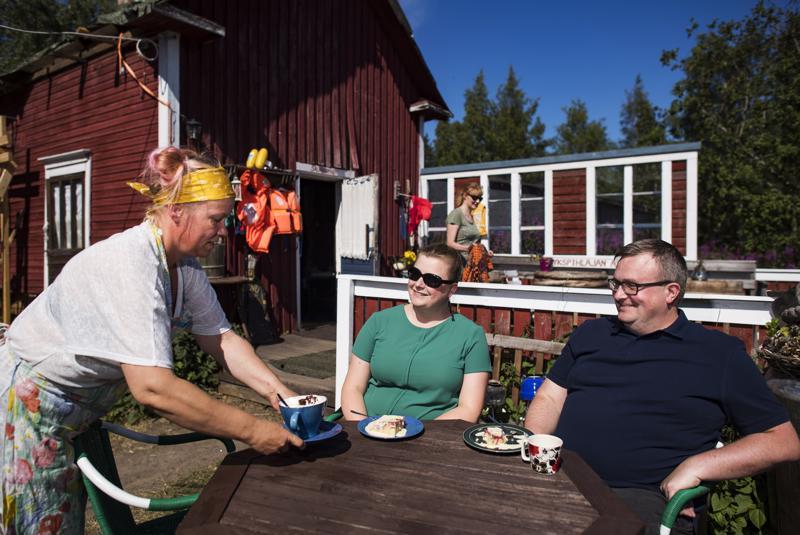 Saija Arokallio tarjoili herkkukaakaon Jenni Hanhinen-Skogille. Vieressä Mikael Skog.