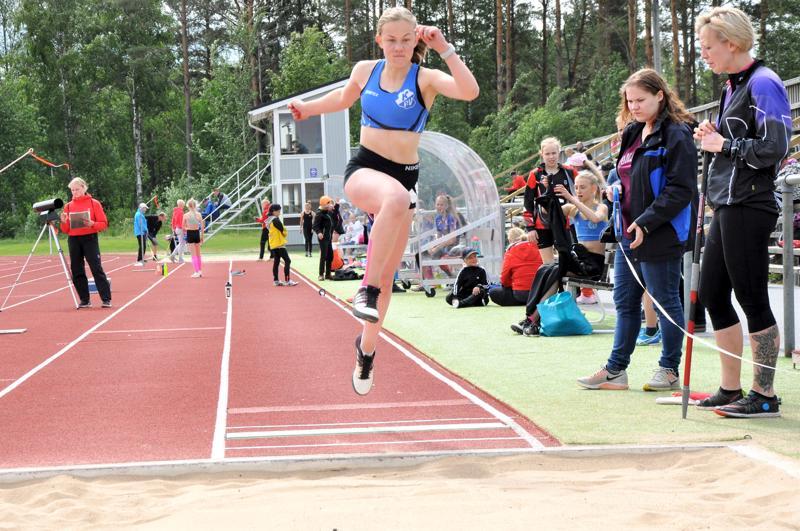 Saana Koskimäki ponnisti lauantaina pituutta 415 Kirkonmäen kentällä.