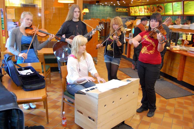 Kesäpelimanniyhtye Badme Pro ehti soittamaan pestin aikana lähemmäs 70 keikkaa.