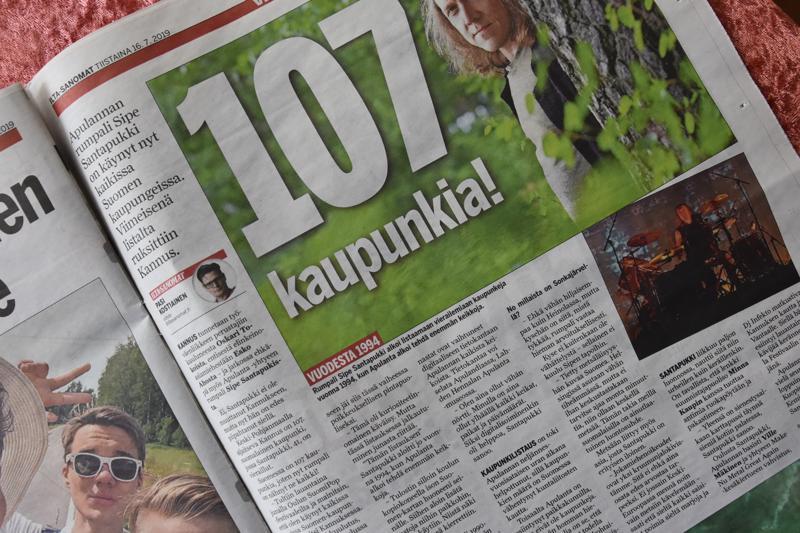 Kannus viimeisenä. Suomessa on 107 kaupunkia, joten nyt rumpali Sipe Santapukki on nähnyt ne kaikki! Viime lauantaina hän vietti 10 minuuttia Kannuksen rautatieasemalla.
