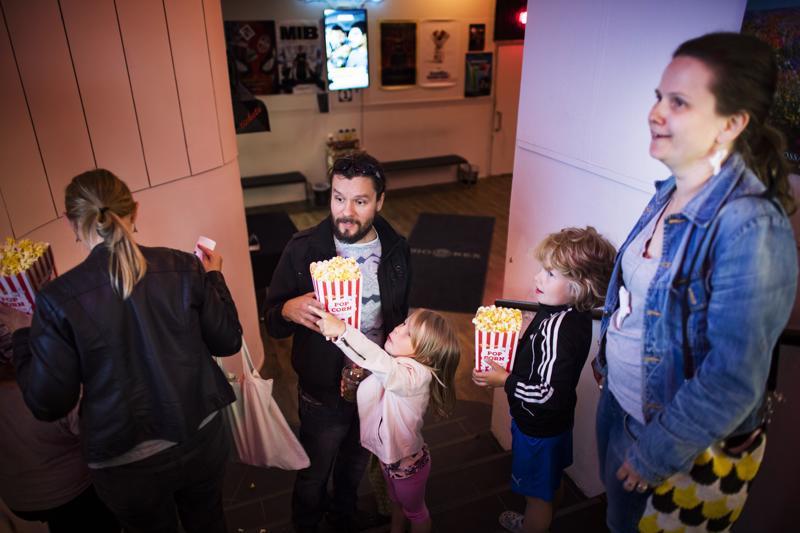 Lapset Emilia ja Wiljami Kiviharju tulivat Juha ja Sanna Kiviharjun kanssa katsomaan Lemmikkien salainen elämä 2 -elokuvaa palkinnoksi onnistuneista kotiaskareista. Juha Kiviharju toteaa, että perhe käy elokuvissa turhan harvoin.