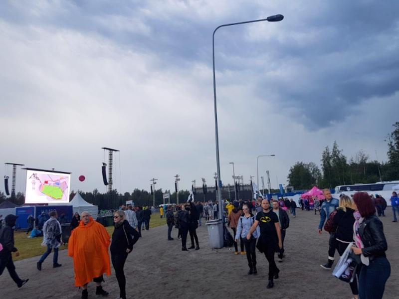 Hämeenlinnalainen Kantolan tapahtumapuisto alkoi täyttyä yleisöstä ennen kuutta tiistai-iltana. Paikalle odotettiin yhteensä noin 55 000 Metallican ystävää.