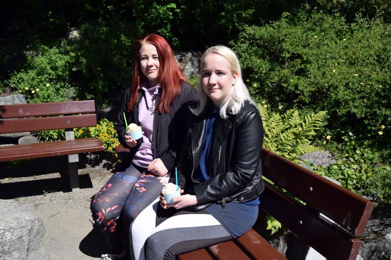 Terhi ja Taina Dahlman ovat pistäytyneet nauttimaan jäätelöä Koulupuutarhan miljöössä. Puistossa on paljon kaunista katsottavaa.