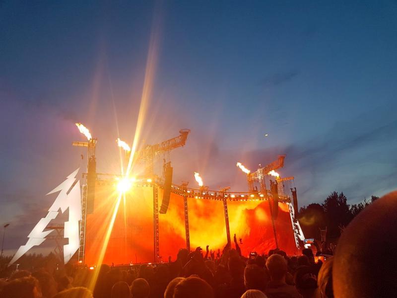 Tunnelmia tulimeren ääreltä. Metallican konsertti veti Hämeenlinnan tapahtumapuistoon noin 55 000 katsojaa.