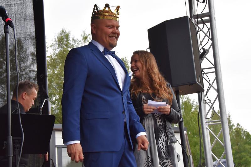 Tangokuningas Johannes Vatjus esiintyi kotipitäjän yleisölle maanantaina Tyttö ja Toivevävyt -yhtyeen kanssa. Tiistain keikalla Pyhäsalmessa mukana on myös tangokuningatar Pirita Niemenmaa.