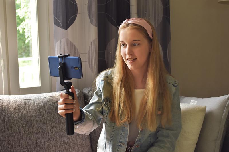 14-vuotias Pinja Jylänki haluaa kumota ajatuksen, että aloittelevalla tubettajalla täytyisi olla heti laadukkaimmat kuvausvälineet käytössään.