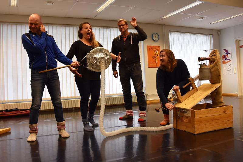 Näytelmässä vieraillaan muun muassa helsinkiläisessä äänitysstudiossa, jossa Pasi Jääskeäinen levytti ensimmäisenä suomenkielisenä laulajana vuonna 1904. Pasia esittää näytelmässä koko työryhmä: Jouni Rissanen (vasemmalla), Sanna, Pirttisalo, Janne Raudaskoski ja Hanna Hautala sekä Tero Mäkelä, joka puuttuu kuvasta.