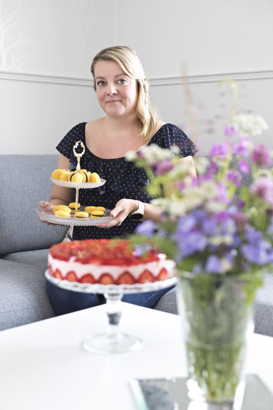 Riikka Raudasoja leipoi nimipäivänsä kunniaksi macaron-leivoksia ja mansikkakakun.