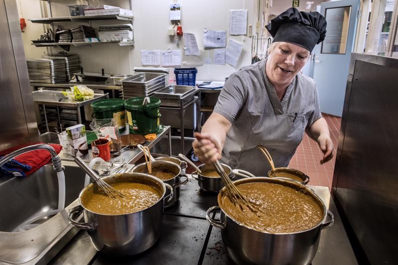 Dieettikokki Maarit Korkiakangas hoitaa erityisruokavalioiden ruokien valmistuksen.