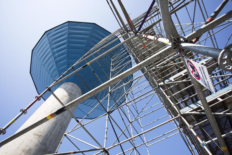 Ulkopuolisilla ei ole mitään asiaa vesitornin rakennustelineille.