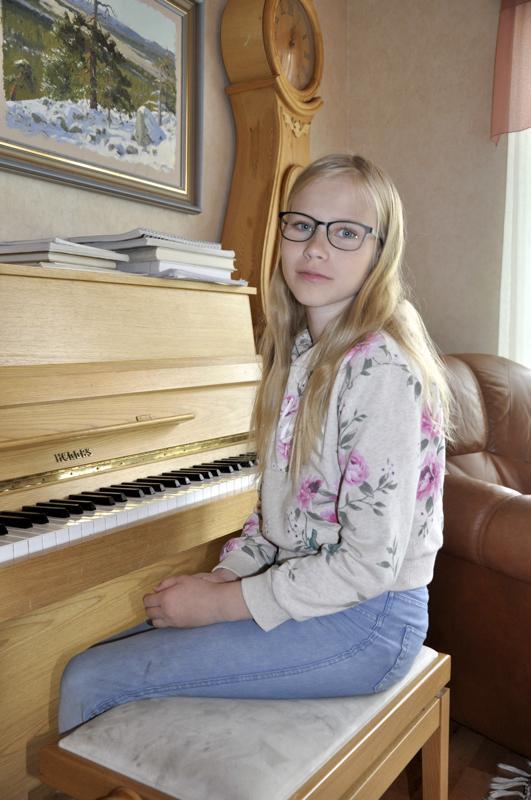Hyvää nimipäivää Riikka! Himankalainen Riikka Harmaala on käynyt pianotunneilla ensimmäisestä luokasta asti ja se on hänen ehdoton suosikkiharrastuksensa.