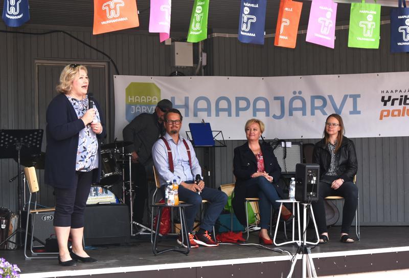 Merja Eilola, Mikko Ojanen, Elsi Katainen ja Annika Leipälä puhuivat Foorumilla myös murteen merkityksestä ja siitä, miten sitä pitäisi käyttää enemmän myös muualla kuin kotona käydessään.
