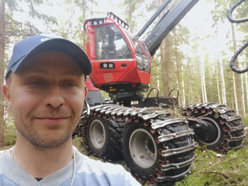 Teemu Kähärän työpäivät kuluvat suurimmaksi osaksi Kiuruveden metsissä harvesterin puikoissa.