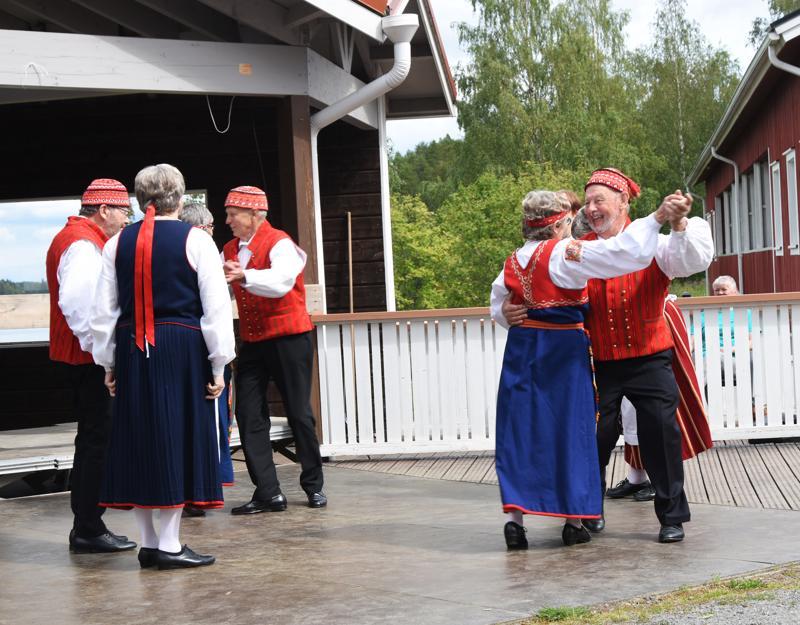 Kokkolan Eläkeläisten tanhuryhmä valloitti yleisönsä iloisella ja taitavalla esityksellään.