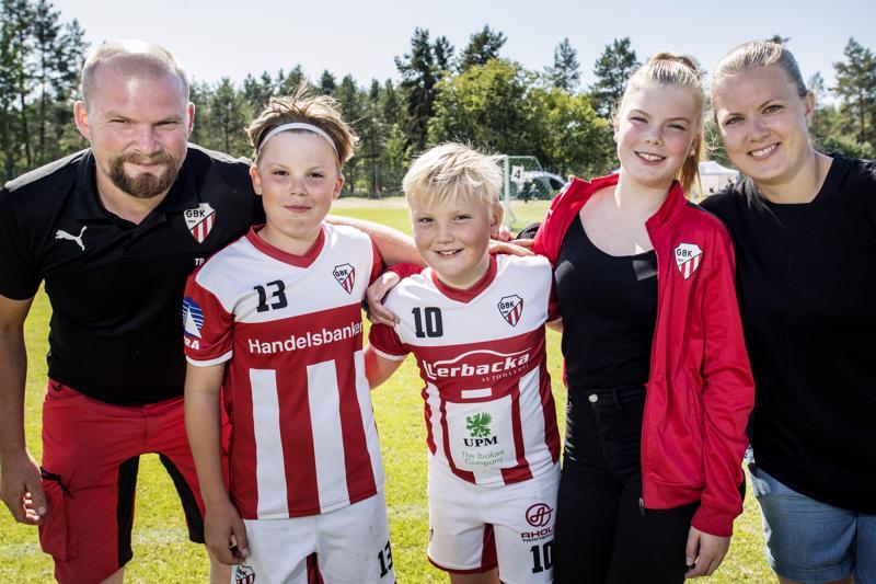 Thomas, William, Alexander, Rebecca ja Greta Brännbacka nauttivat jalkapallosta ja yhdessäolosta Kokkola Cupissa.