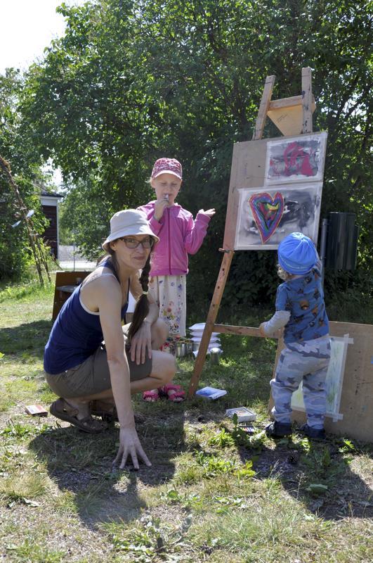 Yhdessä. Maria Markkio sekä hänen lapsensa Lempi ja Elo Järvelä maalaamssa Topiantalolla valtakunnallisena kuvataiteenpäivänä.