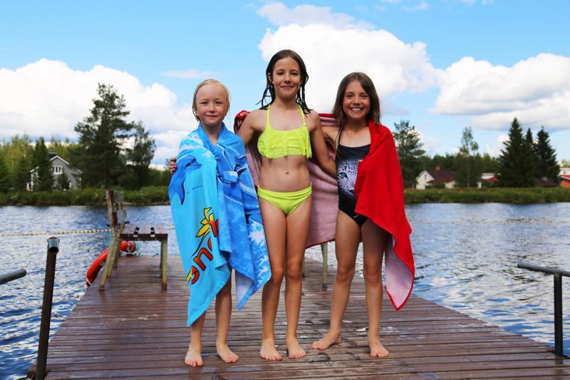Emma Marjakangas (vas.) ja sisarukset Amanda ja Kiira Ságvári nauttivat uimisesta Hamarin uimarannalla Ylivieskassa. Tytöt sanovat, että vesi ei tunnu kylmältä jos aurinko paistaa.