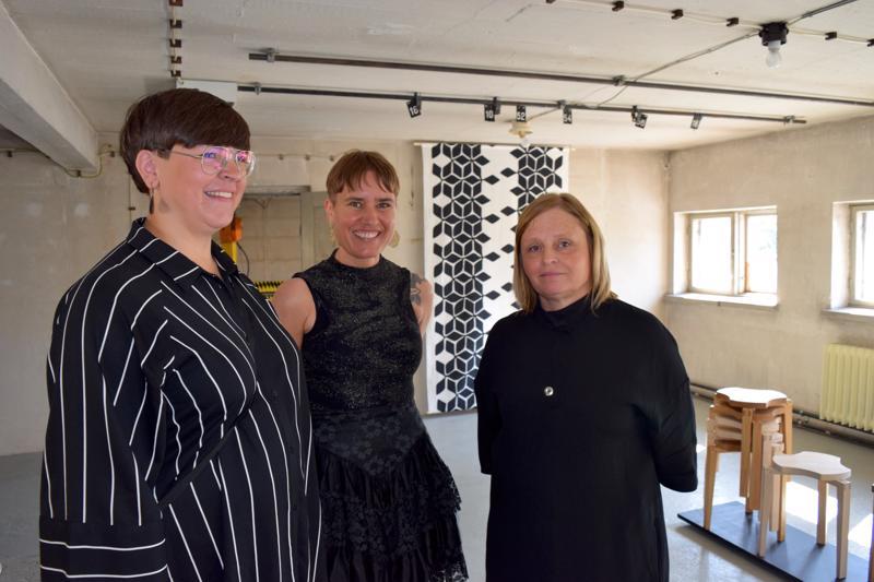 Linda Andtbacka, Jenny Holmlund ja Pia Öst esittelevät muotoilutuotteitaan entisen energialaitoksen eteläpäädyssä.