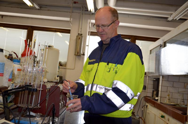 Hituran kaivoksen laboranttina työskennellyt Alpo Haikara tutkii nyt vesinäytteitä ympäristökonsultti Markus Latvalan palveluksessa.