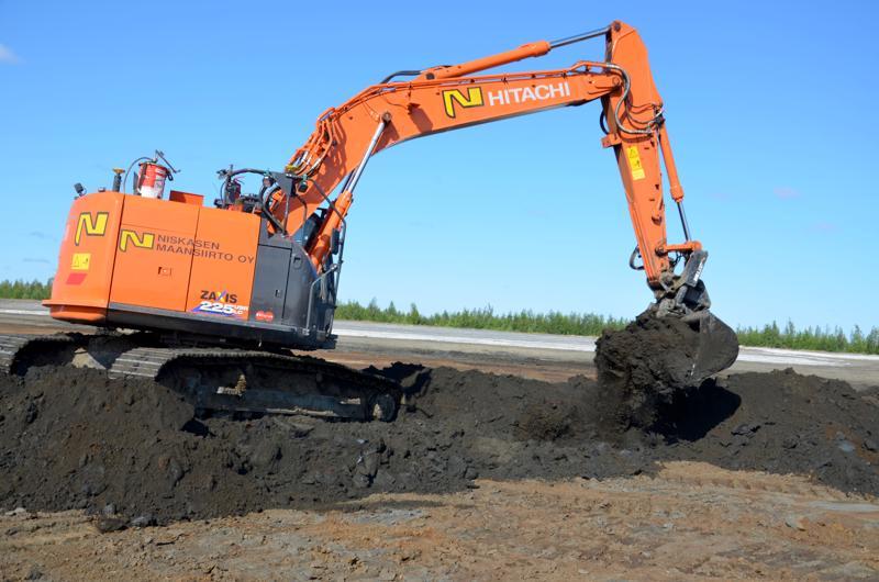 Haapajärvinen Niskasen Maansiirto Oy on urakoimassa Maastorakentajille rikastusaltaalla. Kaivoksen sulkemisen toinen vaihe on käynnissä. Maaperä on käynyt kuivemmaksi, niin kuivan kesän kuin tehtyjen töiden vaikutuksesta.