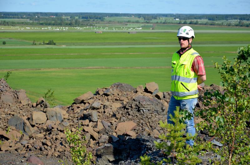 Sivukivikasojen päältä ovat hyvät näkymät kaivosta ympäröivään maisemaan. Kuvassa Maastorakentajien työnjohtaja Mikko Piipponen.