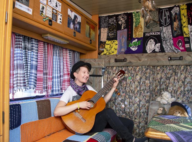 Toisinaan Anni soittelee kitaraa asuntoautossaan, mikä on jäänyt vähemmälle Hiekkasärkkien kesähulinassa.
