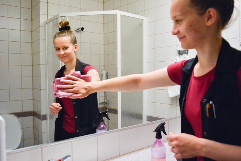 Hotel Kokkolan kerrossiivooja Lotta Rannankarilla pitää kiirettä, sillä kaikki huoneet olivat käytössä viime viikolla Kokkola Cupin aikaan.