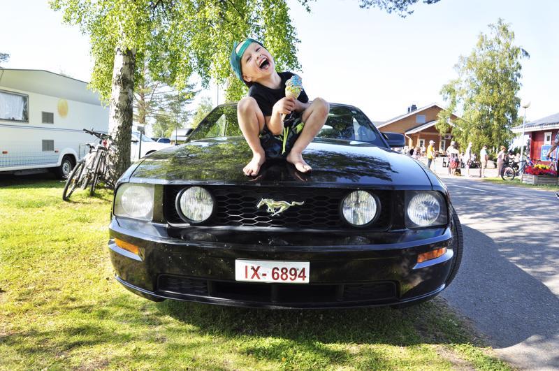 Jimi Kärkkäinen tykkää kurvailla Mustangilla isänsä kanssa.