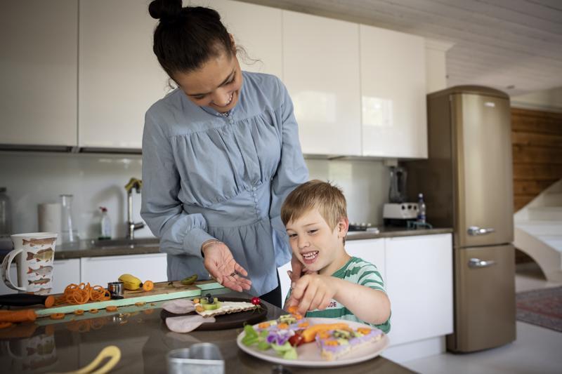 Haakon rakastaa valmistaa hauskoja välipaloja äidin kanssa.