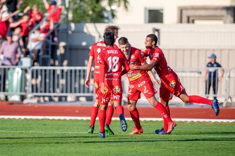 Jaron Jonas Emet ja kumppanit juhlivat voiton tuonutta rangaistuspotkumaalia. Ottelussa pallo vietiin pilkulle peräti kolme kertaa.