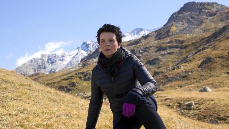 Juliette Binoche on kypsimmillään vanhenevana teatteridiivana. Pilvimuodostelmat ja Pachelbelin musiikki lumoavat.